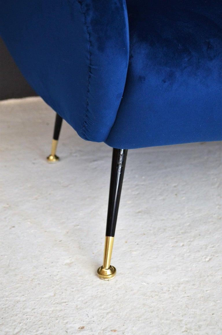 Italian Mid-Century Modern Curved Sofa Reupholstered in Blue Velvet, 1950s For Sale 1