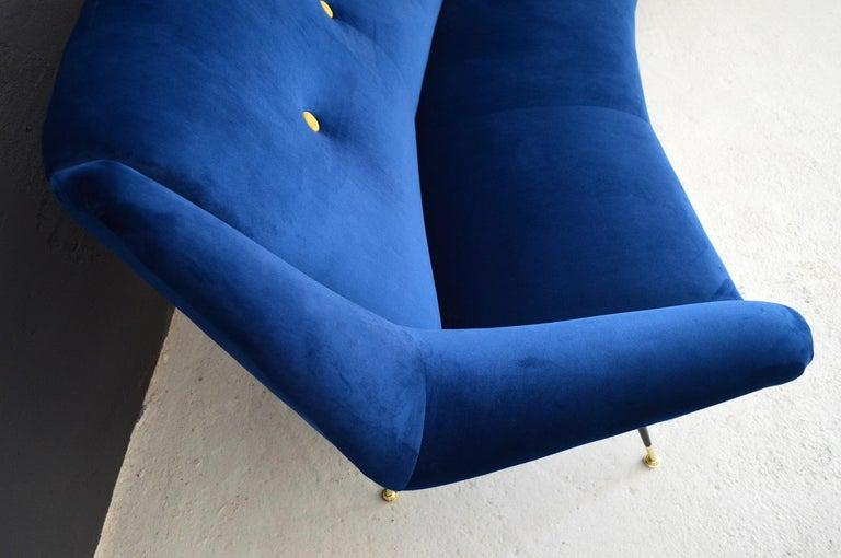Italian Mid-Century Modern Curved Sofa Reupholstered in Blue Velvet, 1950s For Sale 2