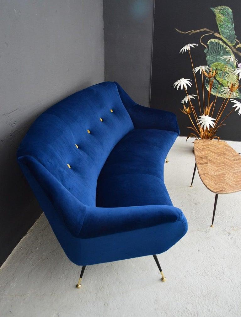 Italian Mid-Century Modern Curved Sofa Reupholstered in Blue Velvet, 1950s For Sale 3