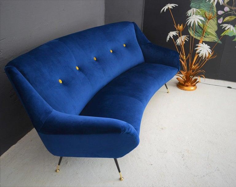 Italian Mid-Century Modern Curved Sofa Reupholstered in Blue Velvet, 1950s For Sale 5