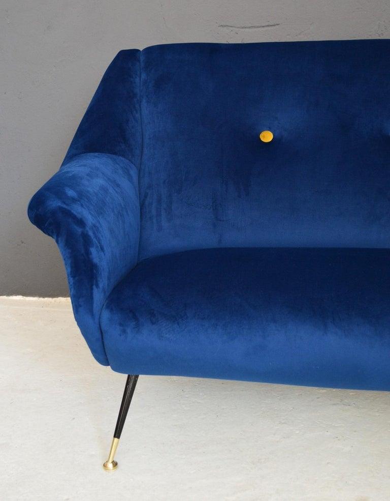 Italian Mid-Century Modern Curved Sofa Reupholstered in Blue Velvet, 1950s For Sale 6