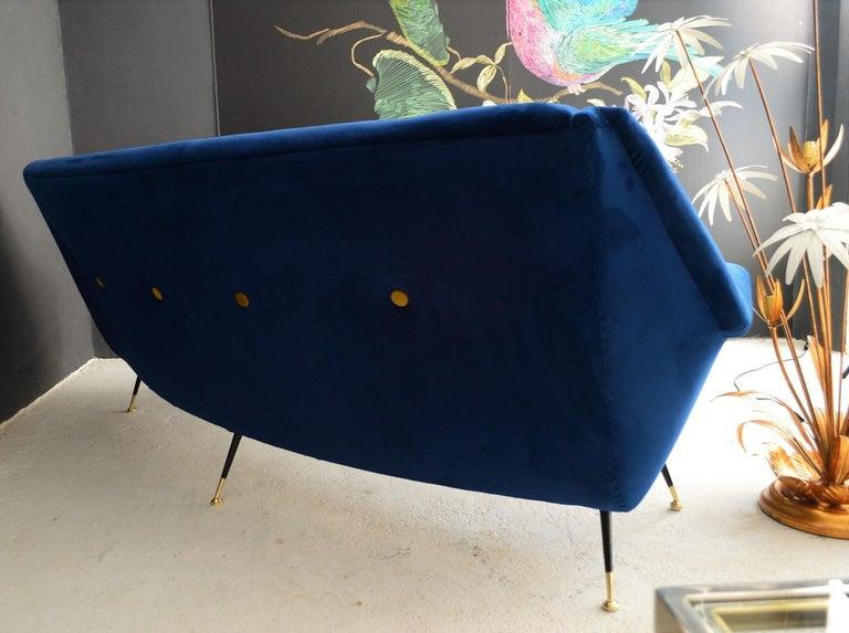 Italian Mid-Century Modern Curved Sofa Reupholstered in Blue Velvet, 1950s For Sale 7