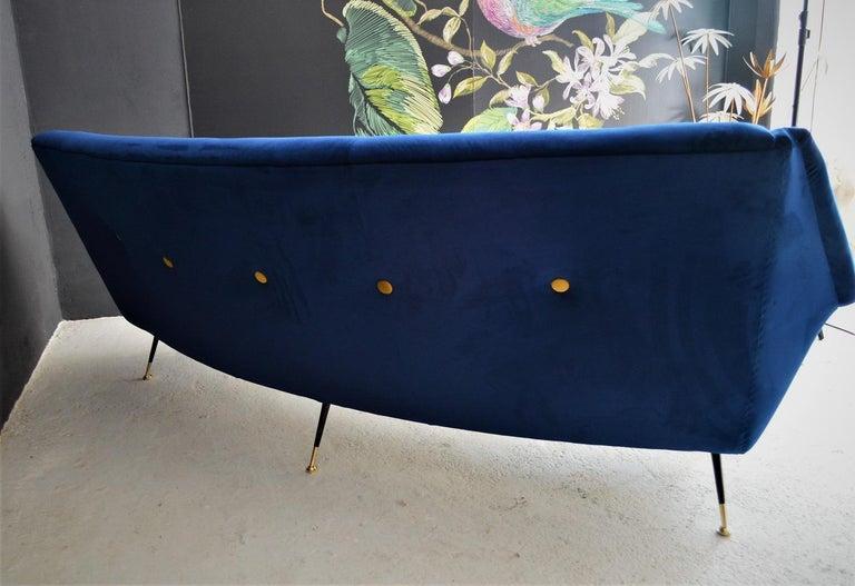 Italian Mid-Century Modern Curved Sofa Reupholstered in Blue Velvet, 1950s For Sale 8