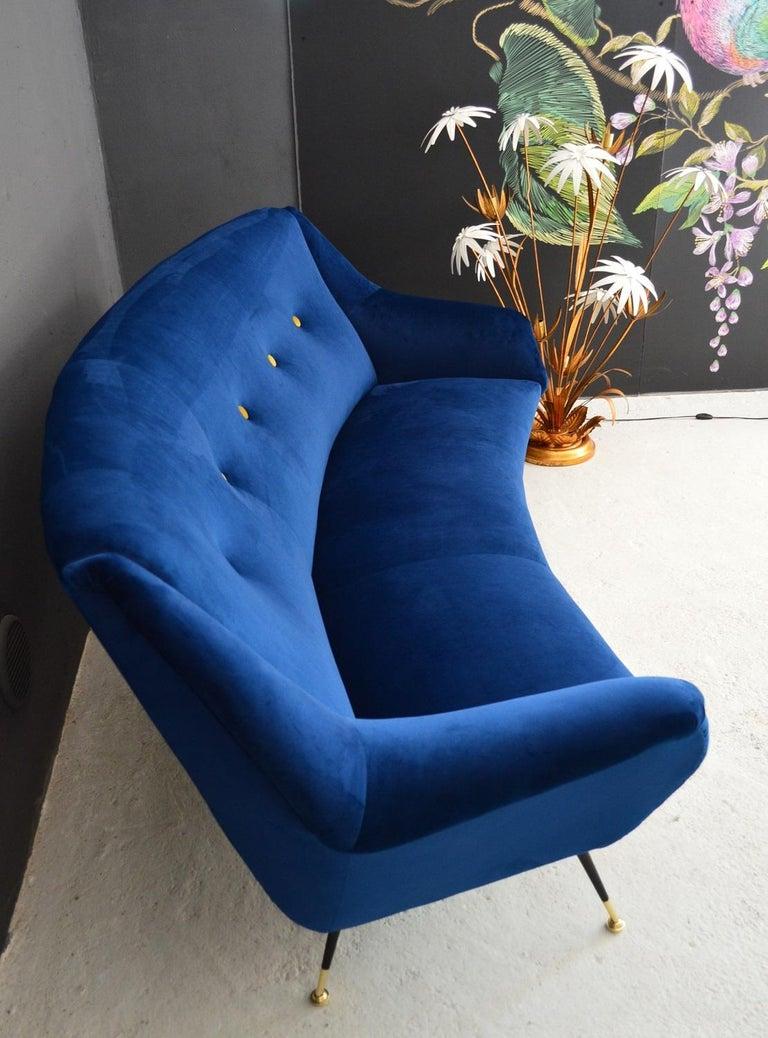 Italian Mid-Century Modern Curved Sofa Reupholstered in Blue Velvet, 1950s For Sale 10