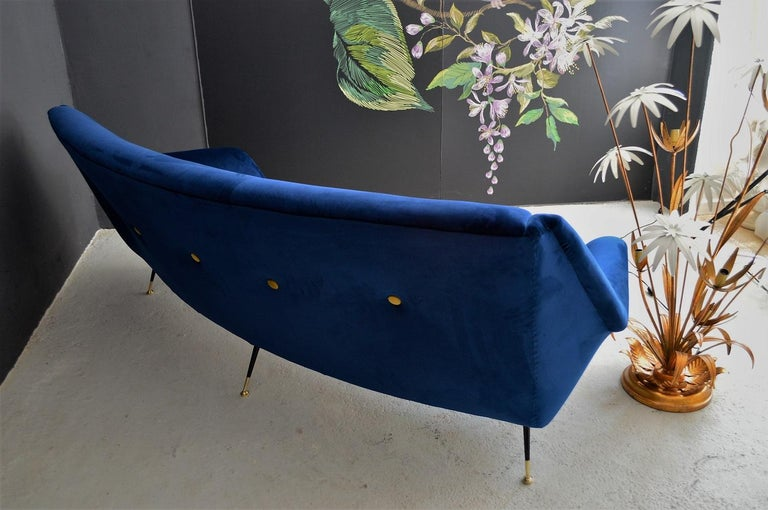 Italian Mid-Century Modern Curved Sofa Reupholstered in Blue Velvet, 1950s For Sale 11