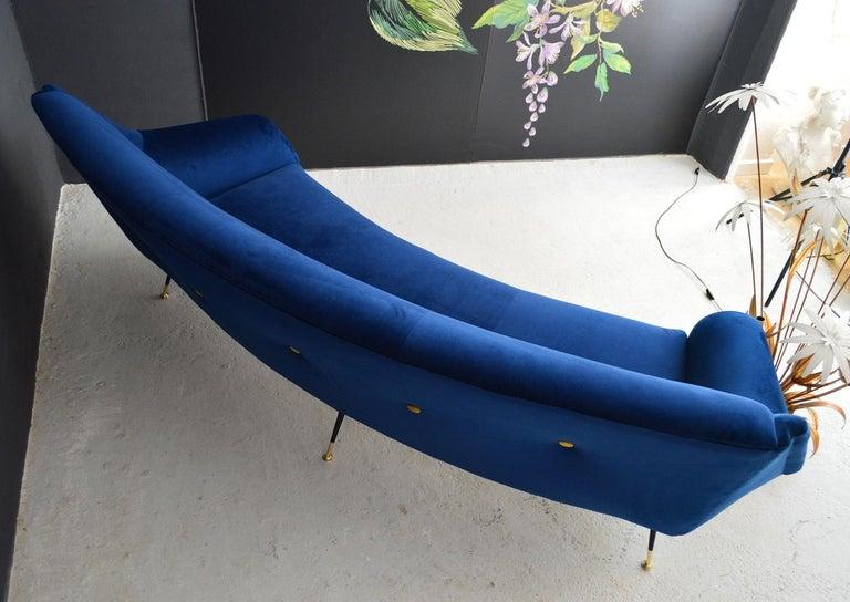 Italian Mid-Century Modern Curved Sofa Reupholstered in Blue Velvet, 1950s For Sale 12