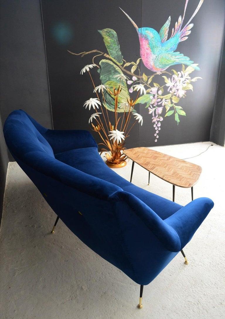 Italian Mid-Century Modern Curved Sofa Reupholstered in Blue Velvet, 1950s For Sale 14
