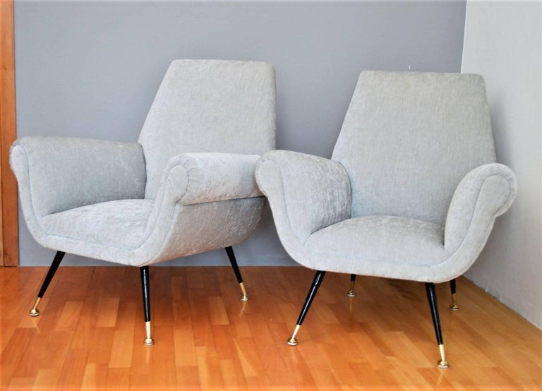 Italian Midcentury Armchairs in Silver Velvet by Gigi Radice for Minotti, 1950s In Good Condition For Sale In Clivio, Varese