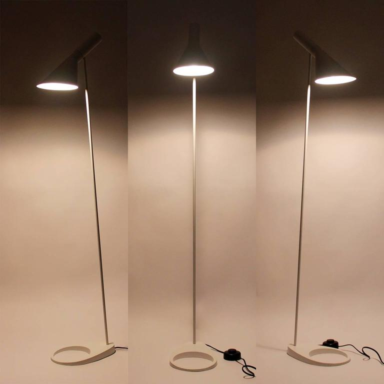 Aj floor lamp by arne jacobsen 1957 louis poulsen the for Iconic design lamps