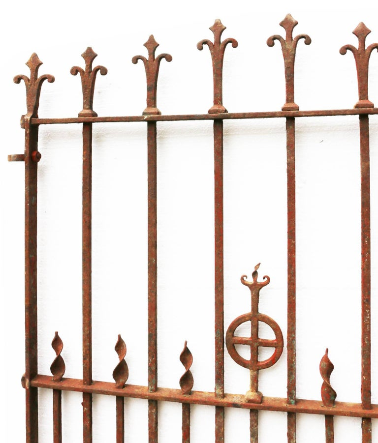 This gate has a working latch and the hinges are present. Measures: Width 96 cm (latch to hinges) The width listed is for the gate.