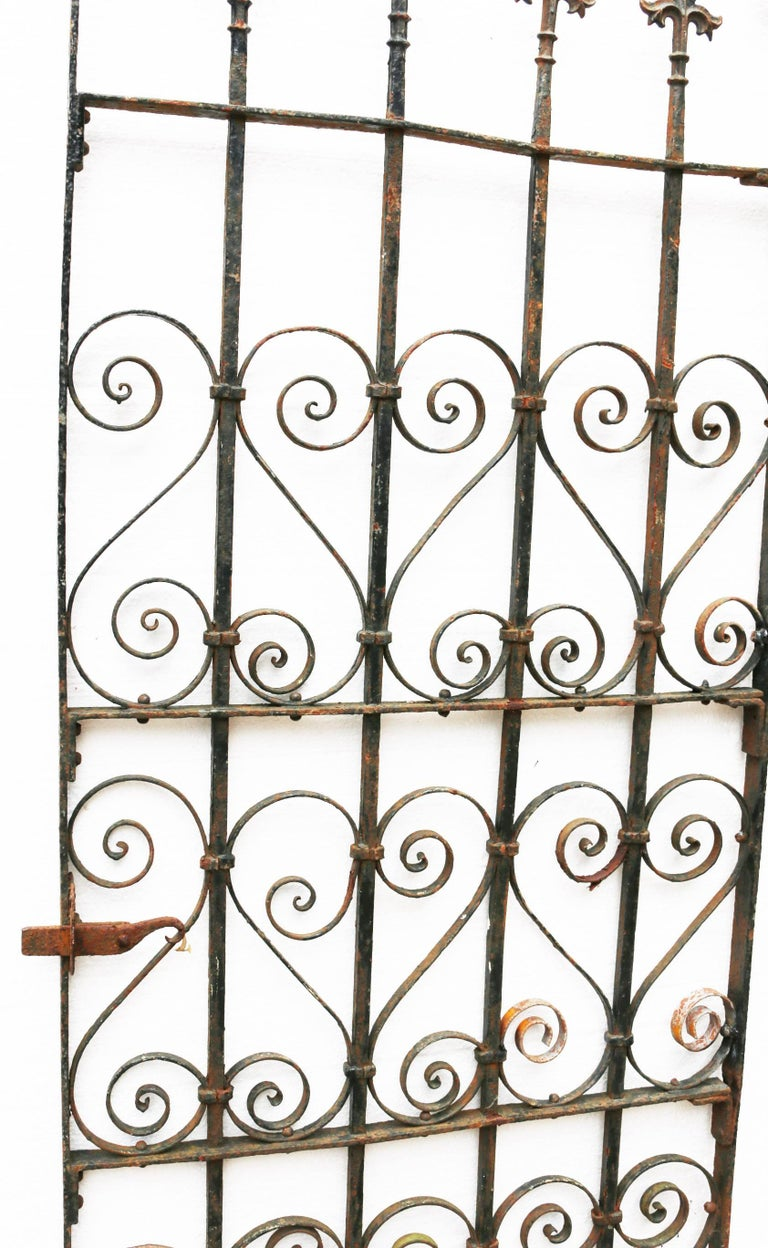 This gate has a working latch. Measure: Width 66 cm (including hinges and latch) 70 cm Weight 26 kg.