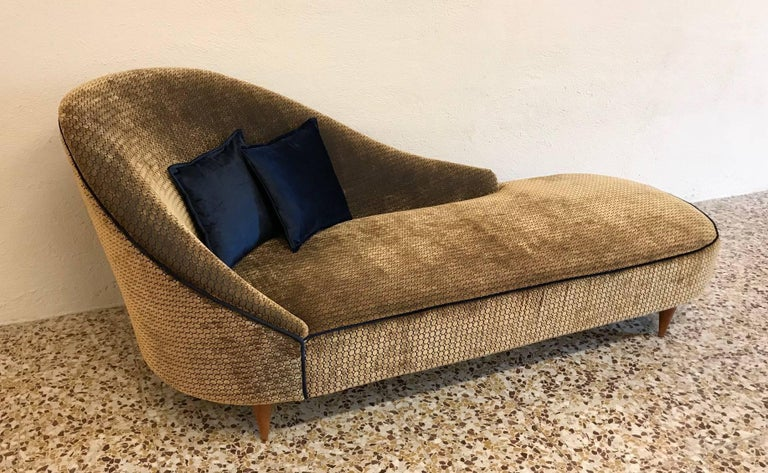 This Italian 1950s chaise longue has been restuffed and upholstered in high quality Italian velvet. The feet is made of maple.