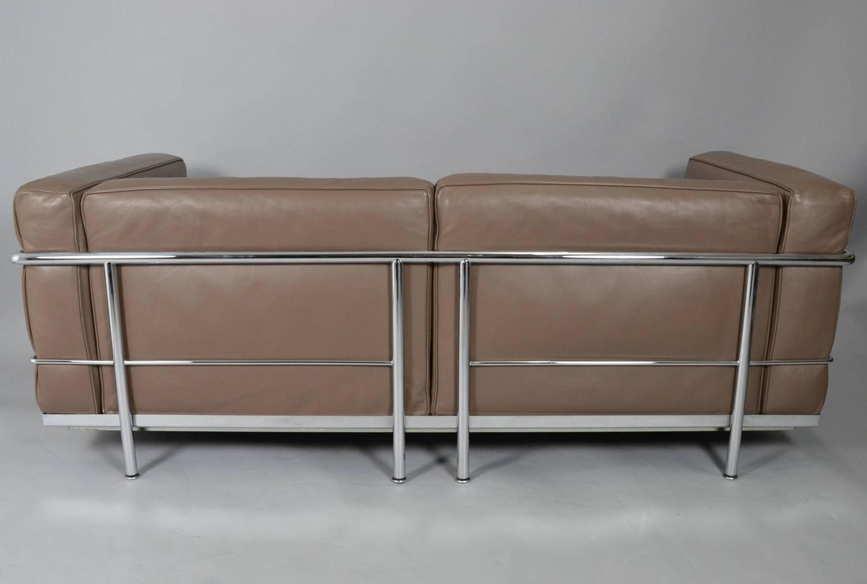 le corbusier pierre jeanneret charlotte perriand sofa. Black Bedroom Furniture Sets. Home Design Ideas