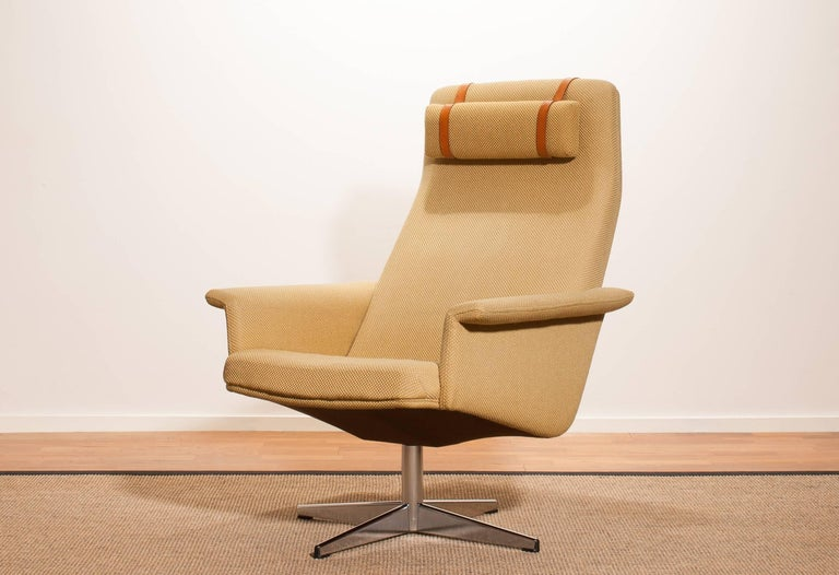 1960s Light Yellow Fabric Swivel Lounge Chair By Dux