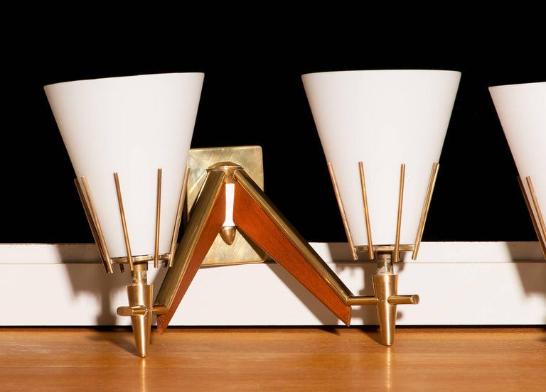 Set of Three Midcentury Brass And Teak Wall Lights / Wall Scones by Stilnovo In Good Condition For Sale In Silvolde, Gelderland