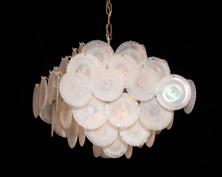 Extremely beautiful Gino Vistosi chandelier with white / pearl colored handmade Murano crystal discs. This Gino Vistosi chandelier is made in Italy in the 1960s. The chandelier contains 60 Murano white / pearl colored crystal discs. All in