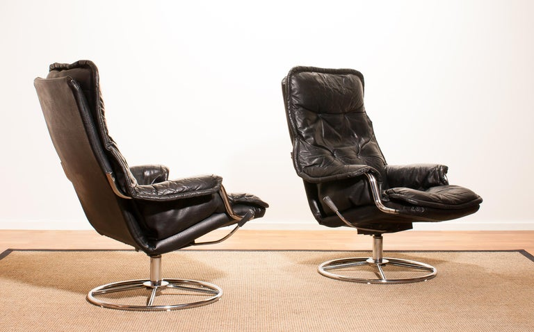 1970s Pair of Black Leather Swivel Chrome Steel Lounge Chairs, Sweden For Sale 4
