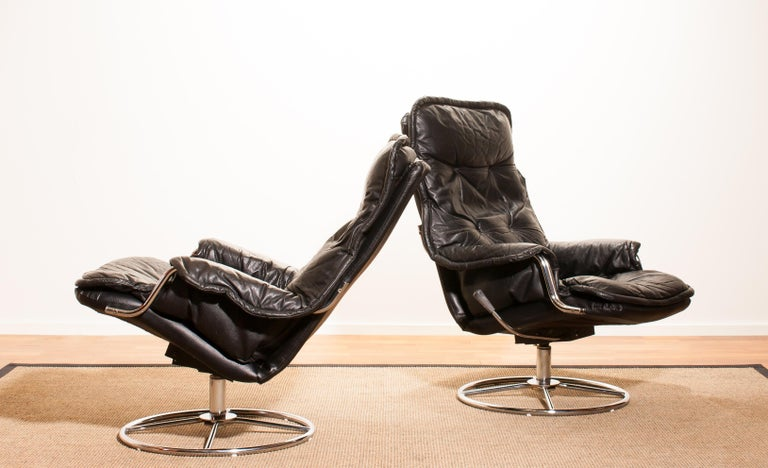 Late 20th Century 1970s Pair of Black Leather Swivel Chrome Steel Lounge Chairs, Sweden For Sale