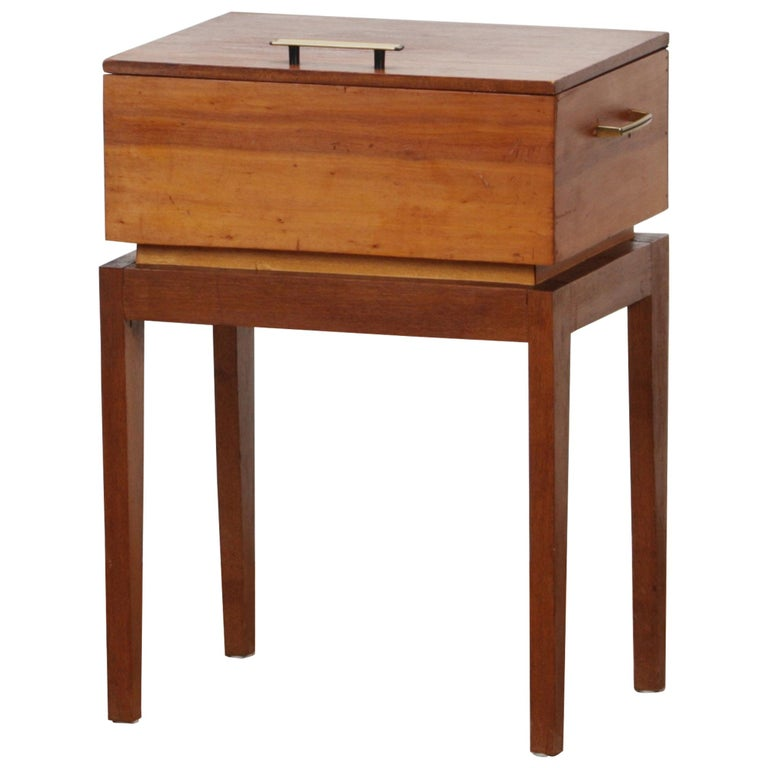 Beautiful sewing, side table. This side table with storage is made from teak and pine and is in excellent vintage condition. Period 1950s. Dimensions: H 56 cm, W 40 cm, D 32 cm.
