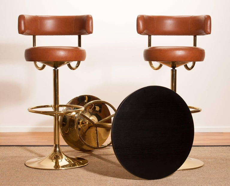 1970s, a Brass Set of Bar Stools and Bar Table by Börje Johanson In Excellent Condition For Sale In Silvolde, Gelderland