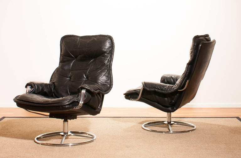 1970s, a Pair of Black Leather Swivel Chrome Steel Lounge Chairs , Sweden In Excellent Condition For Sale In Silvolde, Gelderland