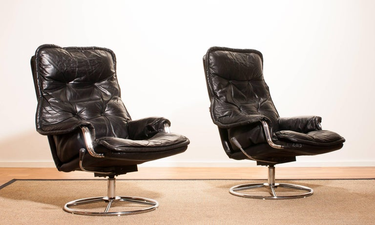 Beautiful lounge chairs made in Sweden. These very nice design chairs have a black leather seating and armrests on a swivel chrome steel frame. They are in a wonderful condition. Period 1970s Dimensions : H 94 cm , W 68 cm , D 72 cm , Sh 40.