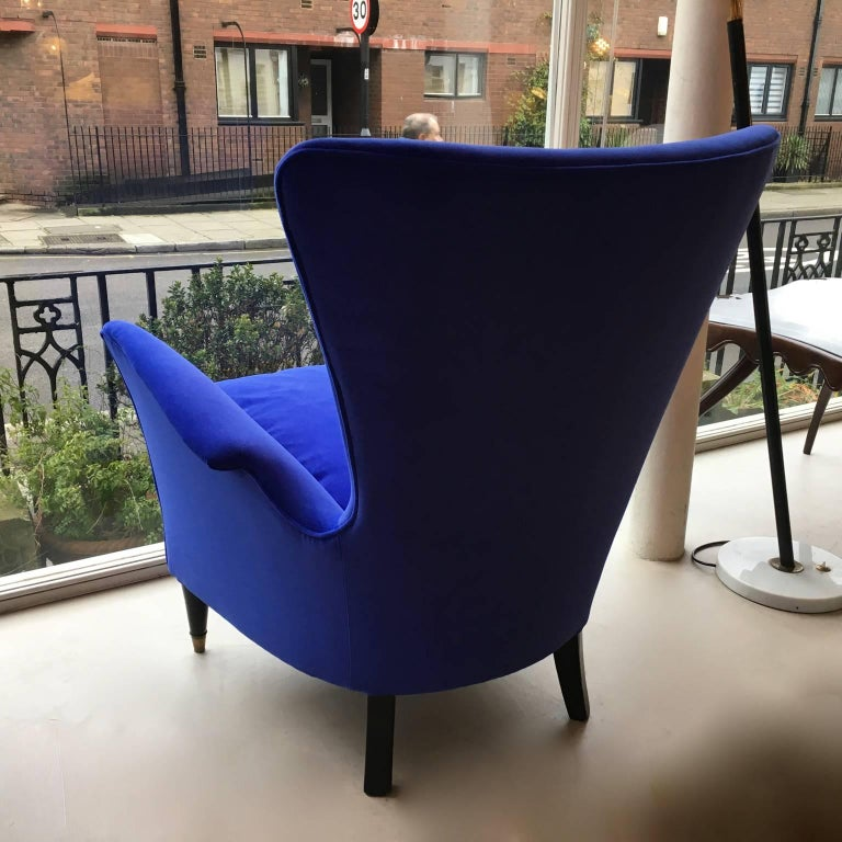 A smart, organic, comfortable and compact pair of armchairs, in a  royal blue velvet, Italy, 1950s. Black ebonized wooden legs with brass sabots. This model is often attributed to Gio Ponti, hotel Bristol, Merano.