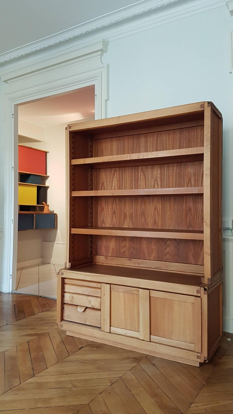 Bookcase cabinet De Pierre Chapo in French elm from 1970. this piece of furniture is in the tradition of Pierre Chapo, it consists of a storage cabinet with drawer and asymmetric door and a bookcase, the top can be separated from the bottom and have