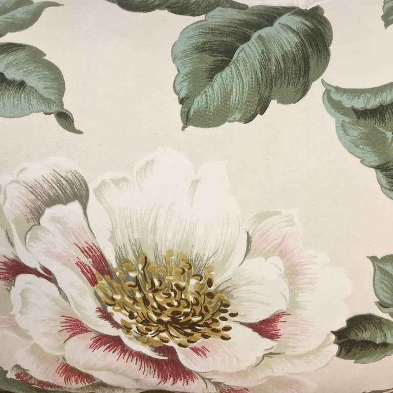 1950s-1960s Vintage English Large-Scale Print Magnoliias Cotton Tasselled Pillow In Good Condition For Sale In London, GB