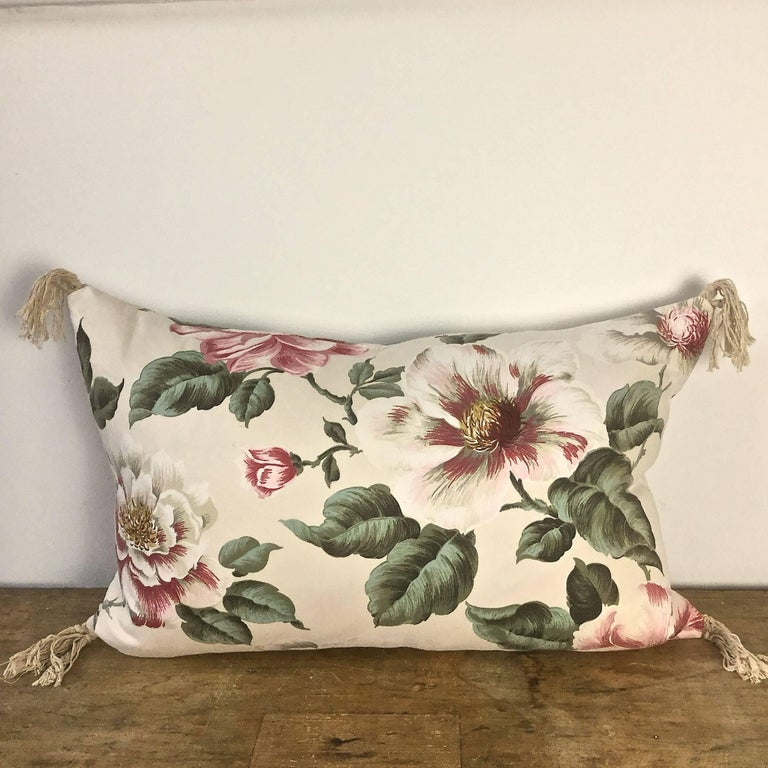 1950s-1960s Vintage English Large-Scale Print Magnoliias Cotton Tasselled Pillow For Sale 2