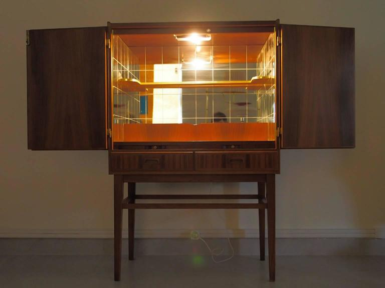 Mid-20th Century Bar Cabinet with Interior Mirrors and Light In Excellent Condition For Sale In Madrid, ES