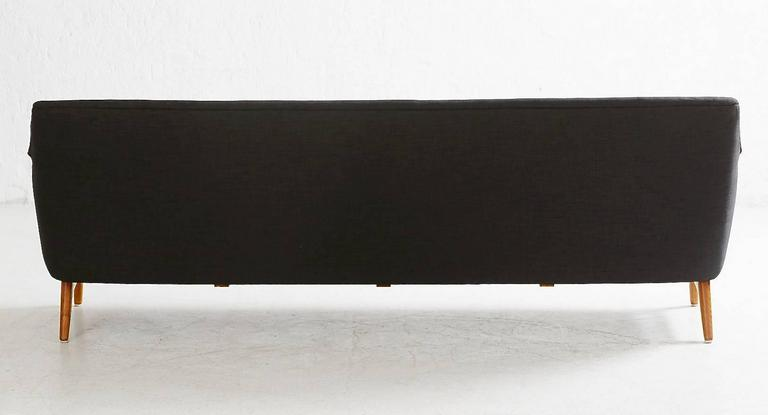 Scandinavian Modern Long Black and White Sofa with Wooden Armrests In Good Condition For Sale In Madrid, ES
