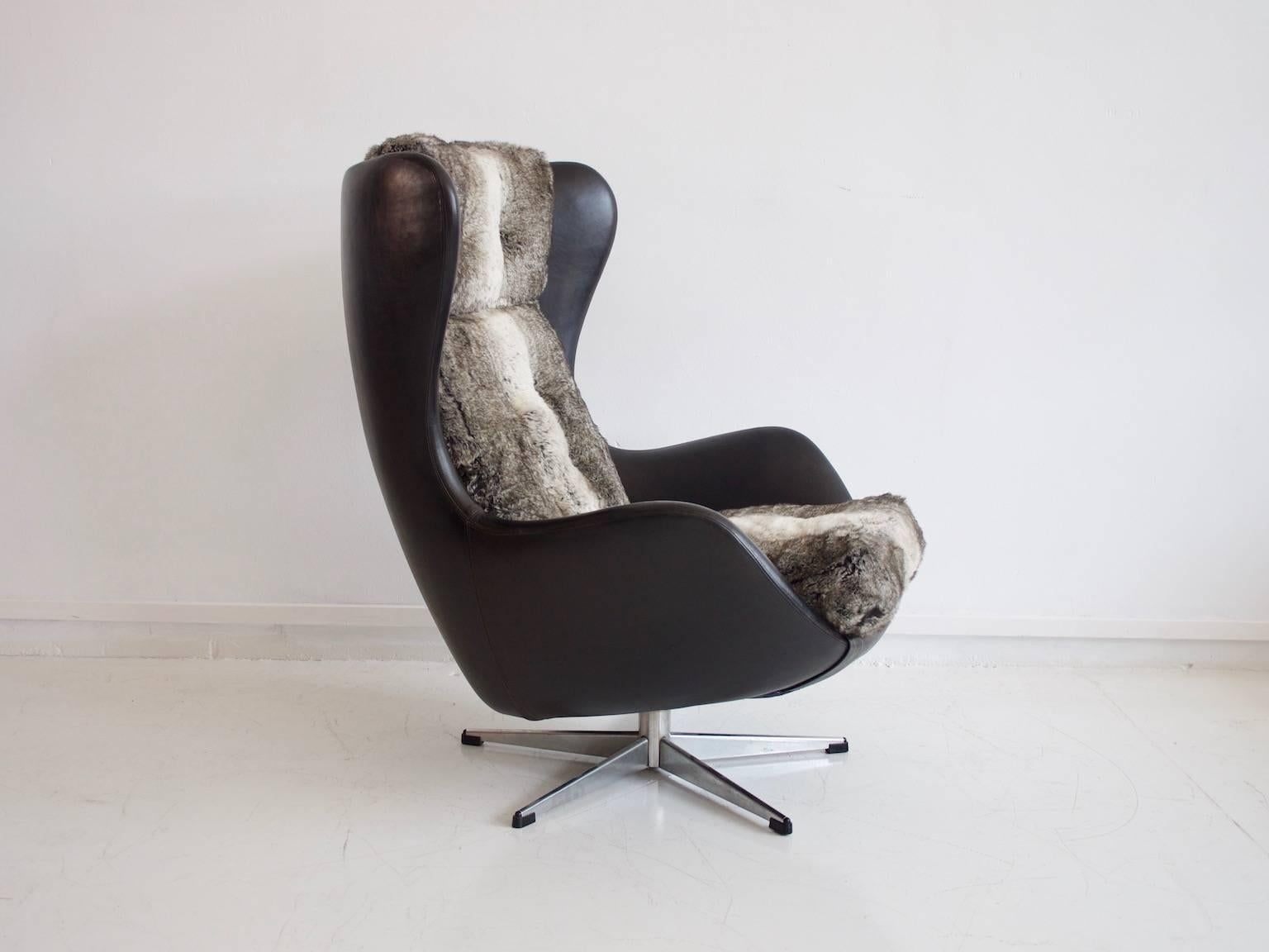 Scandinavian Modern Danish Swivel Armchair Upholstered With Black Leather  And Faux Fur For Sale