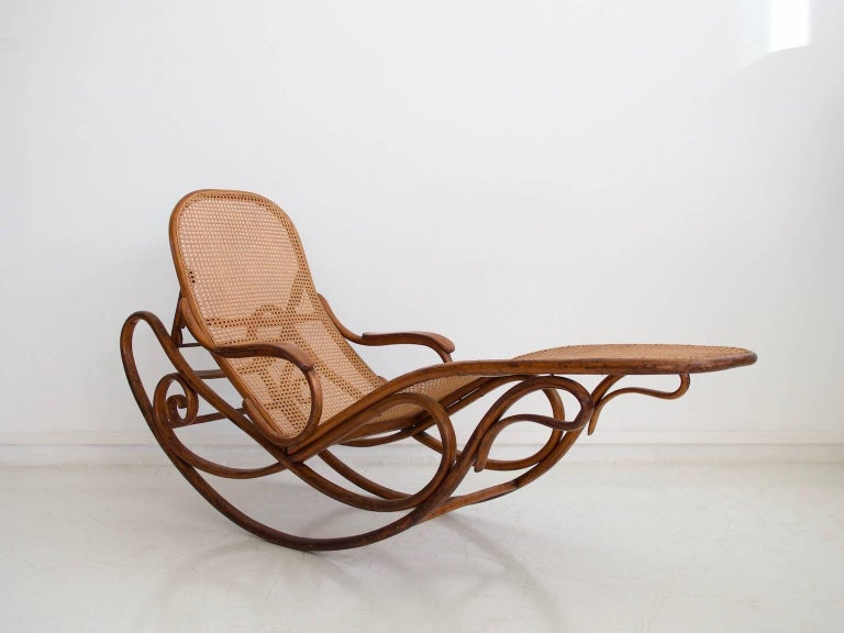 Thonet bentwood and rattan rocking chaise longue model for Chaise longue rattan