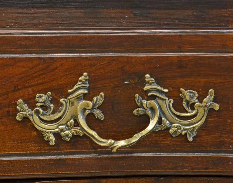 18th Century Italian Carved Rococo Two-Drawer Serpentine Front Walnut Commode In Good Condition For Sale In Ft. Lauderdale, FL