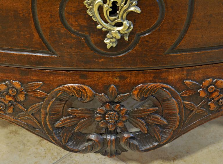 18th Century Italian Carved Rococo Two-Drawer Serpentine Front Walnut Commode For Sale 2
