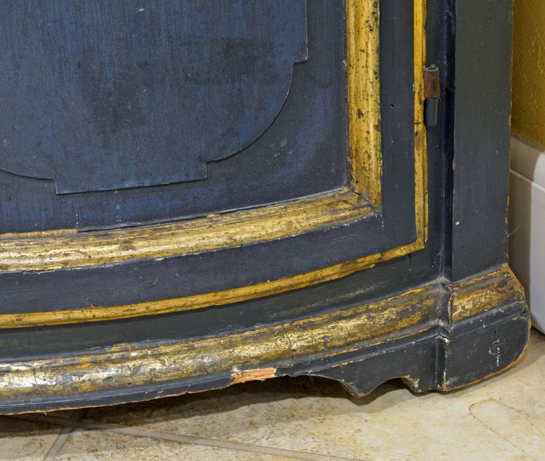 Charming 18th Century Italian Late Baroque Paint & Gilt Mesh Door Corner Cabinet For Sale 6