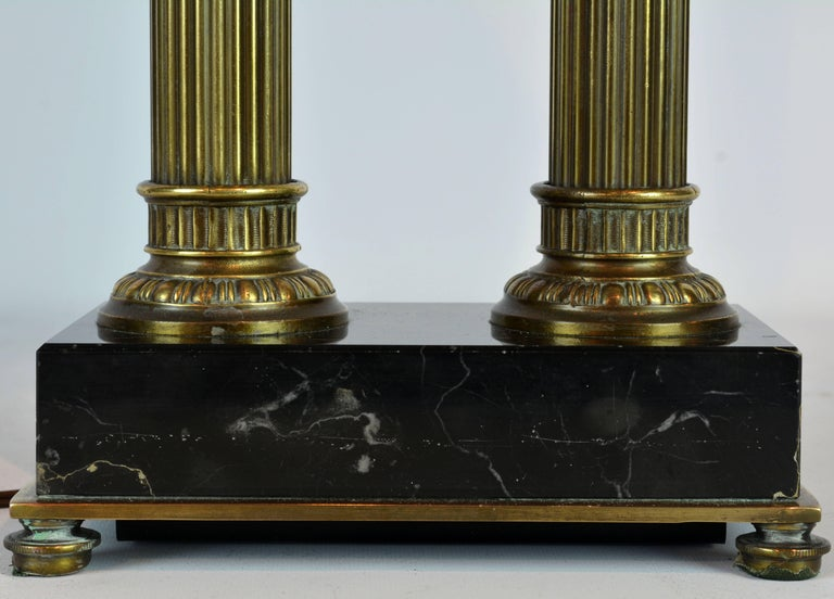 French Distinguished Bronze and Marble Twin Corinthian Columns Gentleman's Desk Lamp For Sale