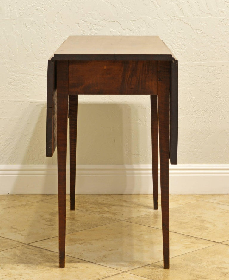 Superior American New England Federal Tiger Maple Drop-Leaf Table, Americana In Good Condition For Sale In Ft. Lauderdale, FL