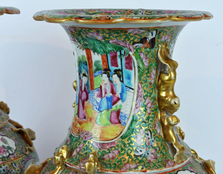 Pair of Lovely Chinese 19th Century Rose Medallion Vases with Gilt Lizards In Good Condition For Sale In Ft. Lauderdale, FL