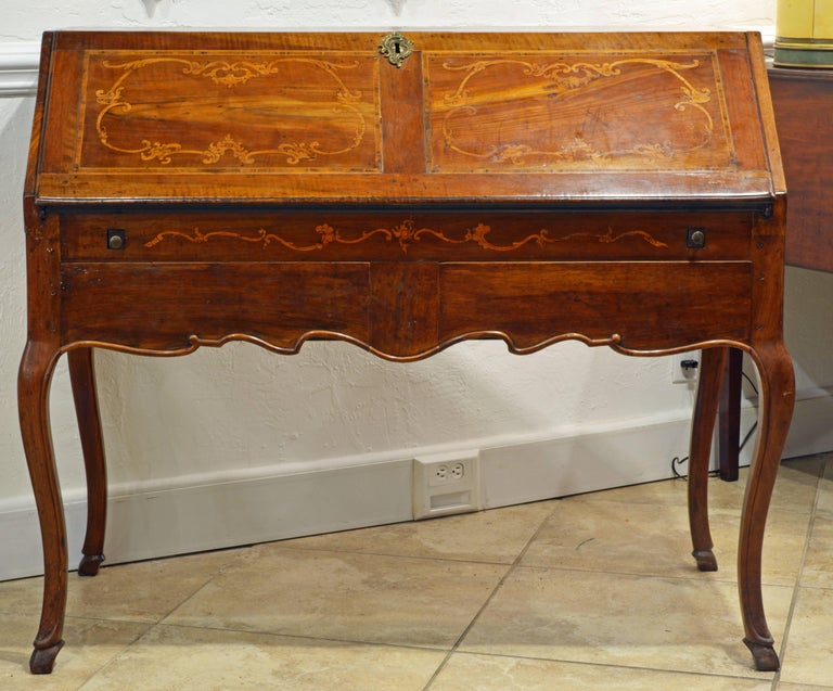 Charming 18th Century Italian Rococo Walnut and Fruitwood Inlaid Fall Front Desk In Good Condition For Sale In Ft. Lauderdale, FL