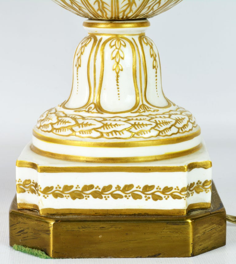 Pair of 19th Century French Old Paris Puce Camaieu Decorated Urns & Table Lamps For Sale 2