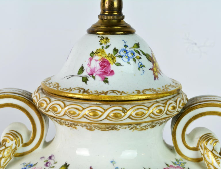 Pair of 19th Century French Old Paris Puce Camaieu Decorated Urns & Table Lamps For Sale 3