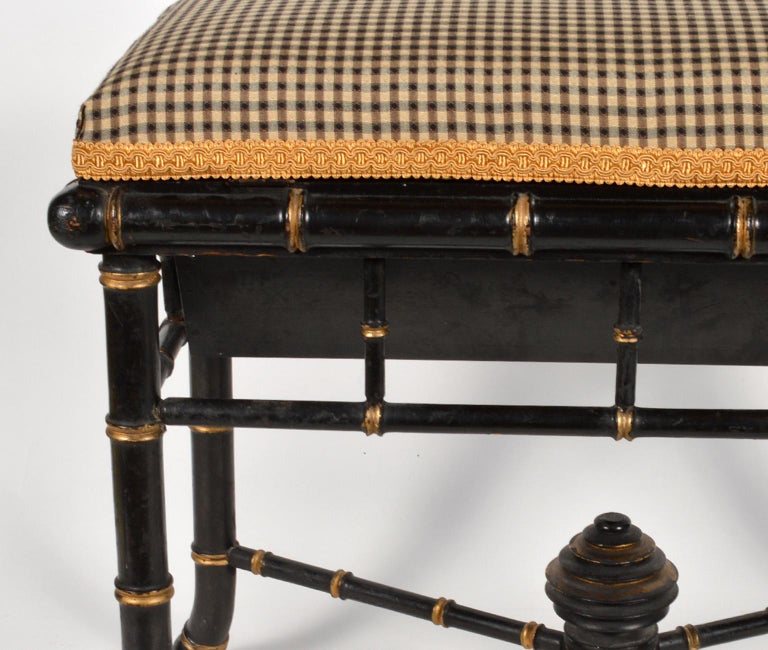 English Regency Style Faux Bamboo Paint and Parcel-Gilt Storage Bench In Good Condition For Sale In Ft. Lauderdale, FL