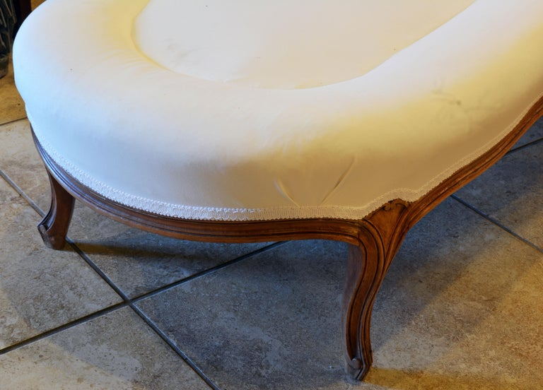 19th Century French Provincial Louis XVI Style Carved Walnut Chaise Longue In Good Condition For Sale In Ft. Lauderdale, FL