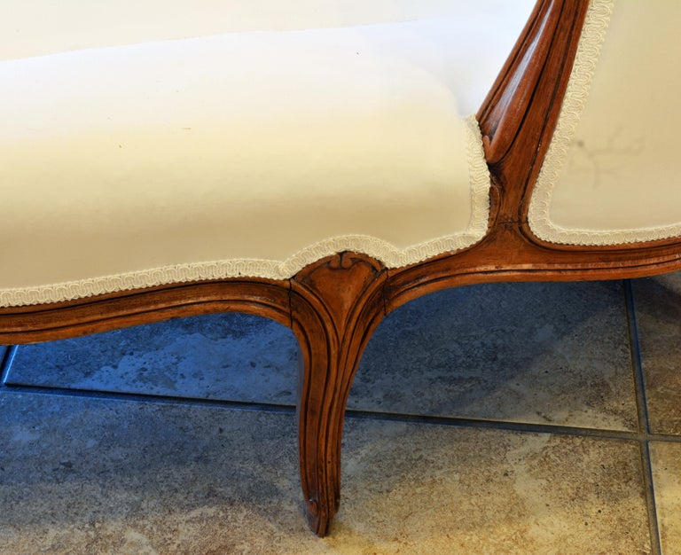 Wood 19th Century French Provincial Louis XVI Style Carved Walnut Chaise Longue For Sale
