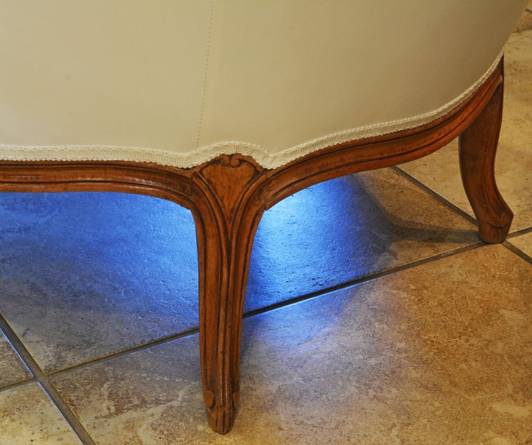 19th Century French Provincial Louis XVI Style Carved Walnut Chaise Longue For Sale 2