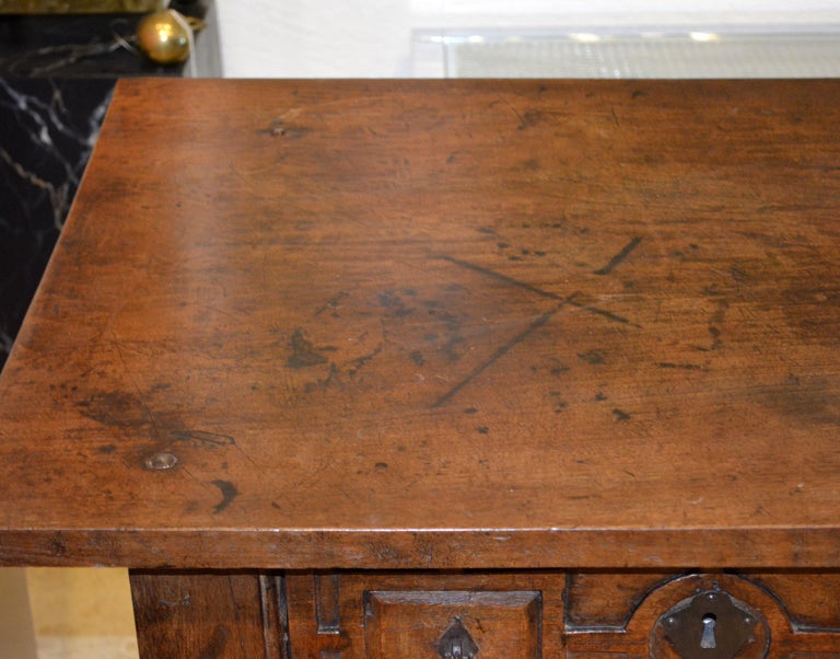 Large 17th-18th Century Spanish Renaissance Walnut Refectory Table or Hall Table For Sale 8