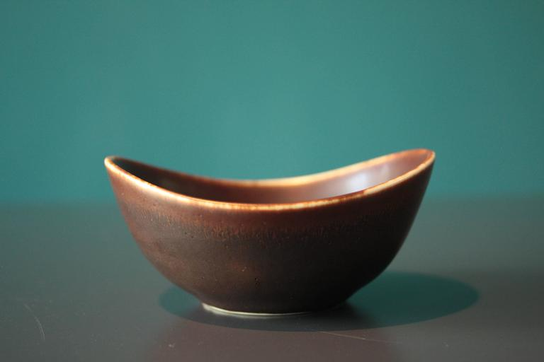 This small bowl was designed by Gunnar Nylund in the 1950s and manufactured by Rörstrand in Sweden. It is made from brown ceramic. In a very good vintage condition.