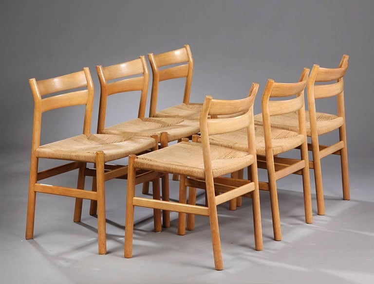 This set consists of six dining chairs model BM1, designed in the 1960s by Børge Mogensen and manufactured by CM Madsen. The chairs are made from oak, the seating surface are upholstered with paper cord. The set is in a good vintage condition with